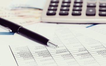 escritório-com-documentos-e-contas-dinheiro